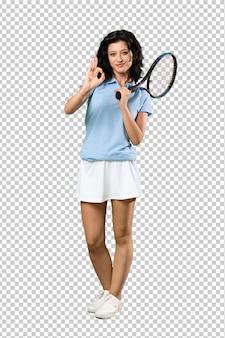 Молодая женщина теннисиста показывая одобренный знак с пальцами