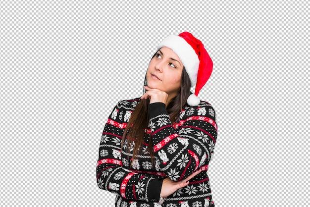 Молодая женщина празднует рождество