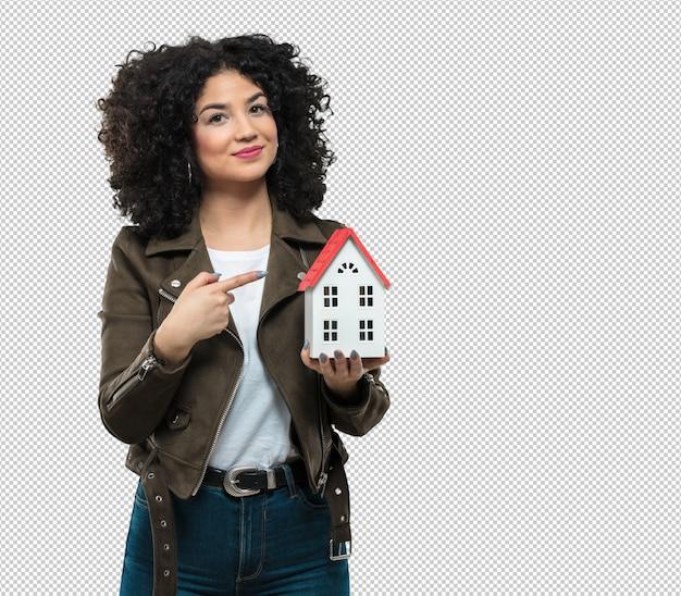 Молодая женщина, держащая модель дома