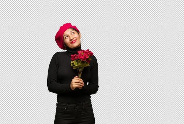 Молодая женщина в день святого валентина мечтает о достижении целей и задач