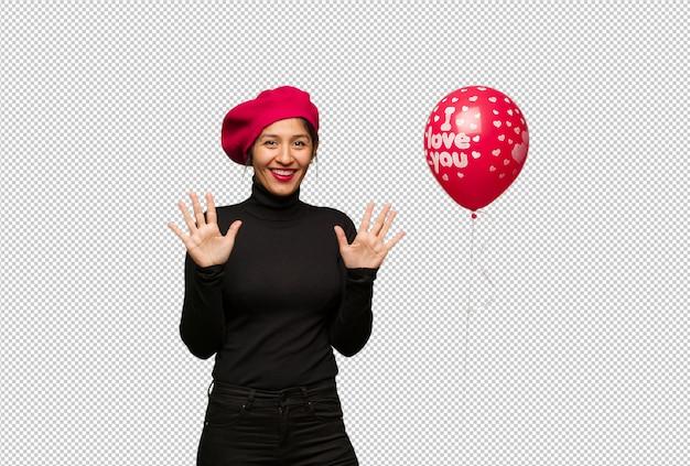 Молодая женщина в день святого валентина, показывая номер десять