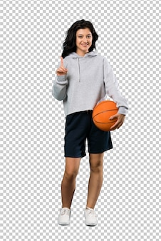 Молодая женщина играет в баскетбол, указывая на отличную идею