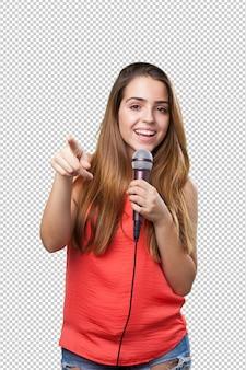 Молодая женщина поет с микрофоном