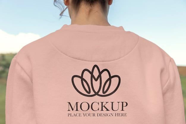 長袖のモックアップパーカーを着ている若い女性