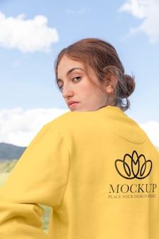 Молодая женщина в макете худи с длинным рукавом