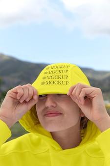 モックアップパーカーを着ている若い女性