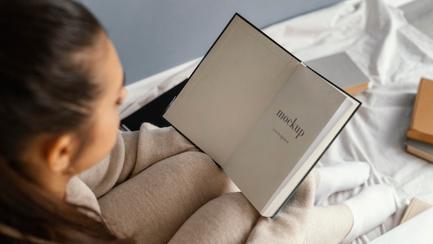 Giovane donna con libro mock-up