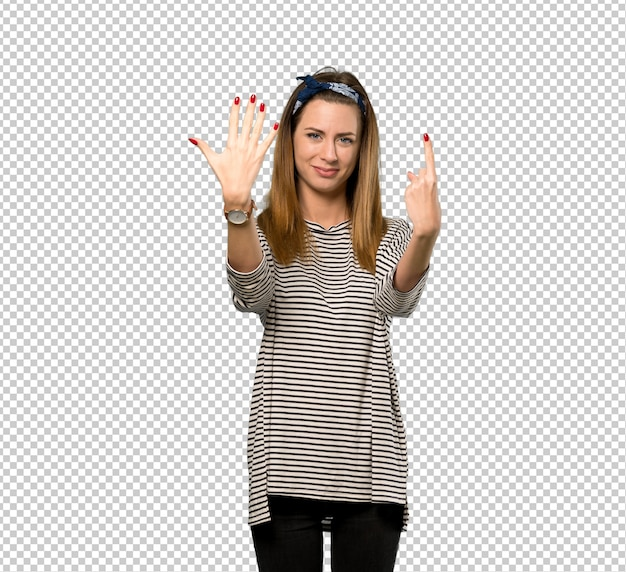 指で6を数えてスカーフを持つ若い女