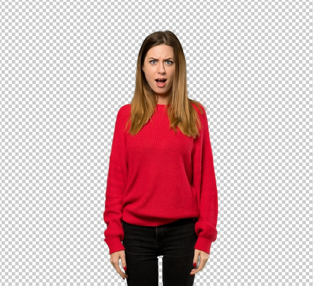 놀라운 표정으로 빨간 스웨터와 젊은 여자