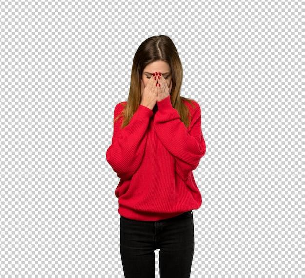 Молодая женщина с красным свитером с усталым и больным выражением