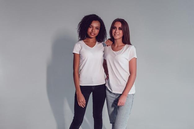 셔츠 모형 디자인을 입고 젊은 여성