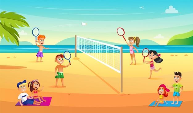 バドミントンをしている10代の子供がビーチで2倍になります。