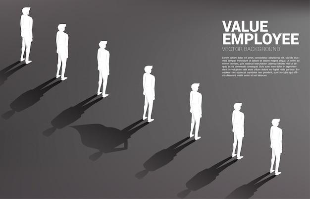 ビジネスマンのシルエットとスーパーヒーローの彼の影の1つ。潜在力と人的資源管理のエンパワーメントの概念