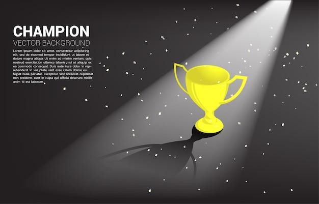 黄金の光で金のトロフィーカップ賞。背景1位の勝者と勝利