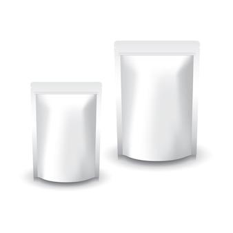 2 개의 크기는 음식 또는 건강한 제품을위한 빈 백색 서있는 지 플락 부대를 비 웁니다. 그림자와 흰색 배경에 고립. 패키지 디자인에 사용할 준비가되었습니다.