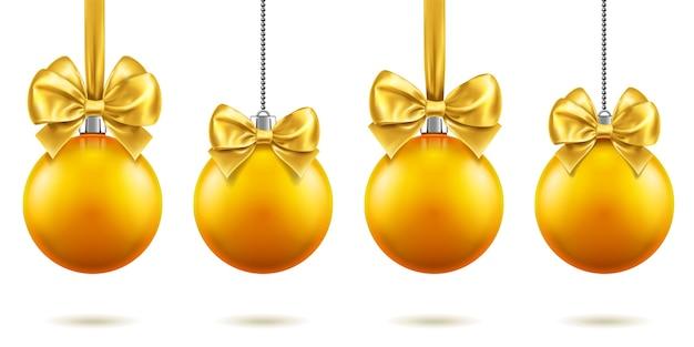 チェーンにぶら下がっている弓を持つ2019年のクリスマスまたは新年の現実的なおもちゃ。メリークリスマスのモミの木の装飾、蝶結びのある金色のつまらないもの、クリスマス休暇のための金色の球体。お祝いのテーマ