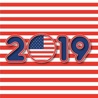 2019年、アメリカ合衆国の旗を背景に