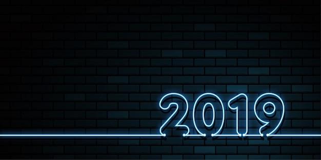 幸せな新年2019。グリーティングカード。暗闇の中のカラフルなネオンの輝き。