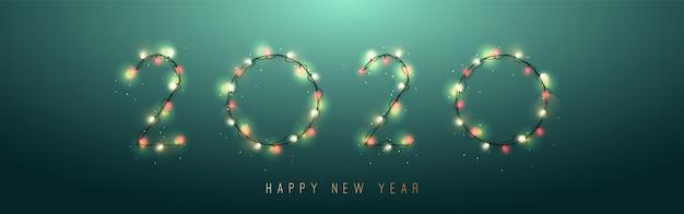 2020 новый год от ярких гирлянд, изолированных на зеленом фоне.