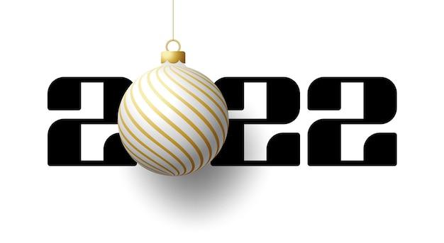 С новым 2022 годом. роскошная открытка с белым и золотым елочным шаром на королевском белом фоне. векторная иллюстрация