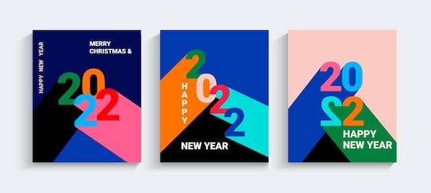 2022년 새해 인사말 배너입니다. 다양한 색상의 그림자가 있는 숫자입니다. 단순한 기하학적 스타일의 전단지, 포스터, 카드 세트. 브랜딩, 표지, 카드, 소셜 미디어용 디자인 템플릿입니다. 벡터.