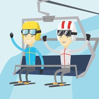 2 счастливых лыжника используя канатную дорогу на лыжном курорте.