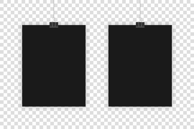 透明な背景に掛かっている2つの現実的な黒いシート。