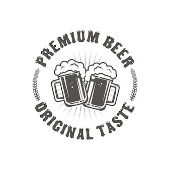 最高のビール。ビンテージクラフトビールレトロなデザイン要素、白い背景に分離された2つのビールジョッキ。