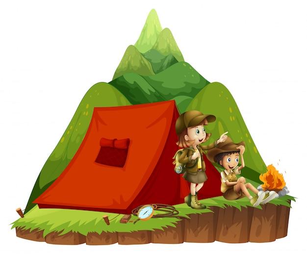2人の子供が山でキャンプ