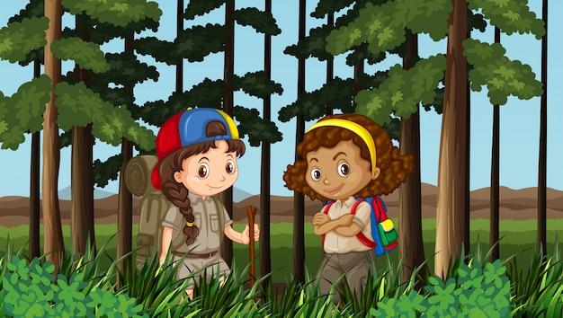 2人の女の子がジャングルの中でハイキング