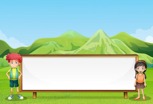 空の看板の横にあるフィールドで2人の子供