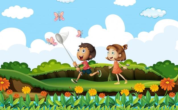 2人の子供が公園で蝶をキャッチ