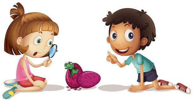 赤ちゃん恐竜の卵を孵化を見て2人の子供
