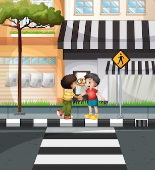 道路を横断するのを待っている2人の男の子