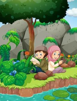 川で読む2人のムスリムの子供たち