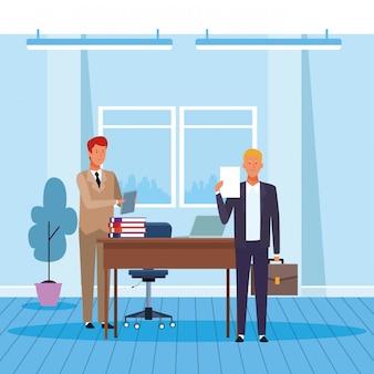 オフィスで働く2人のビジネスマン