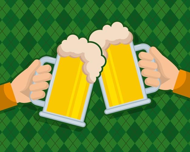 2つの手がビールグラスの飲み物のお祝いを保持