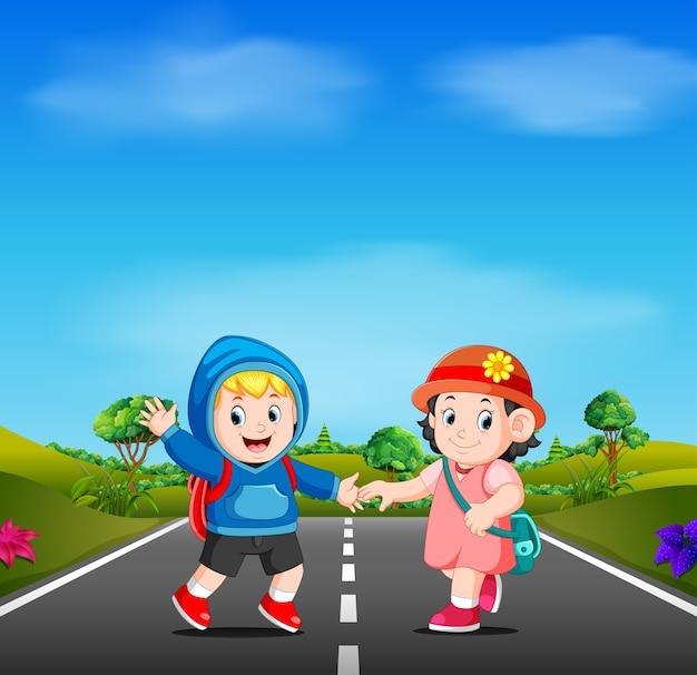 2人の子供が道路上の学校に行く