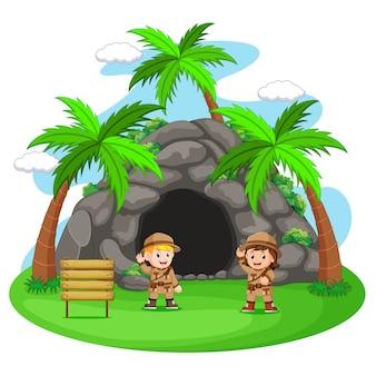 洞窟の前の2人の冒険家