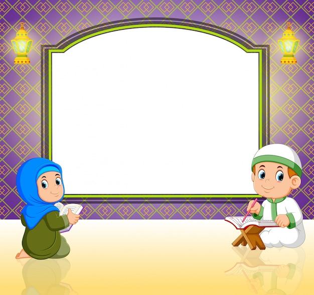2人の子供が空白のボードの前でアルコーランを読んでいます。