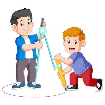 大きなコンパスと鉛筆を使用して円を描く2人の少年