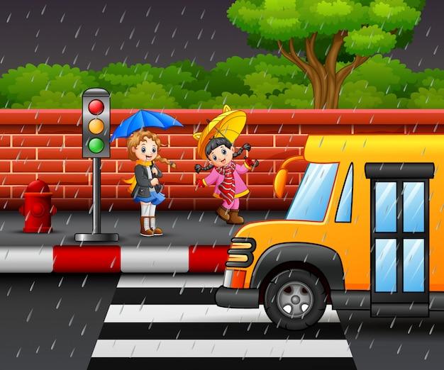 傘を運んでいる漫画の2人の少女