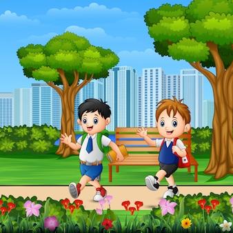 2人の男の子が公園の道を通って学校に行きます