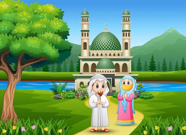 モスクの背景の前に面白い2つのイスラム教徒
