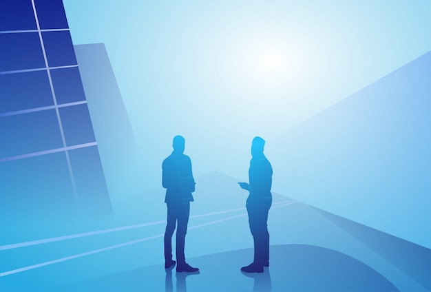 Концепция связи обсуждения бизнесмена 2 силуэтов говоря, встреча бизнесмена