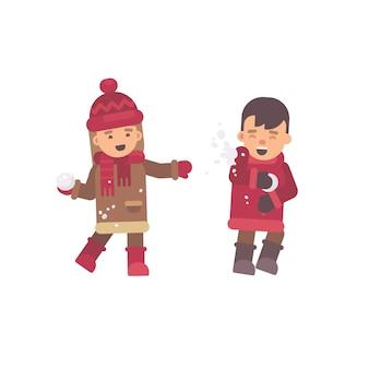 2人の子供が雪玉を弾く