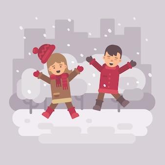 雪の多い冬の都市で飛ぶ2人の幸せな子供たち