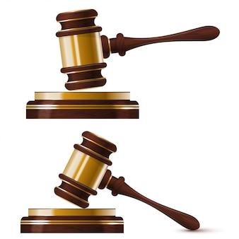 裁判官の2つの木製の金のハンマーのセット