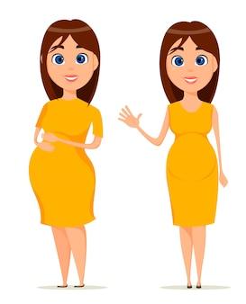 黄色のドレスでかわいい妊娠中の女性。 2つのポーズで立っている美しいブルネット妊娠中の女性