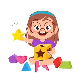 幸せなかわいい子供たちが遊ぶ3 dジオメトリの図を学ぶ